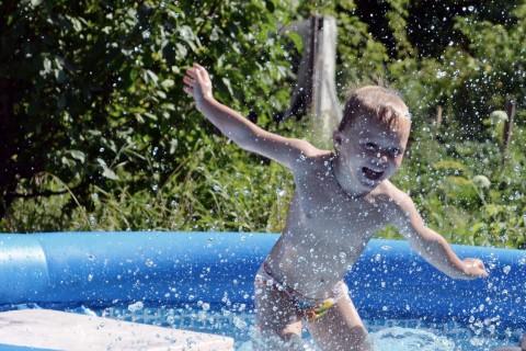 Надо с детсва закаляться водой холодной обливаться